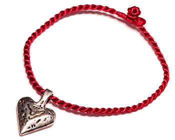 Armband med hjärta. Längd cirka 16-17 cm.