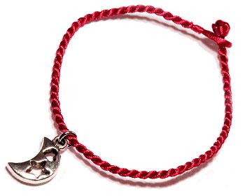 Månarmband på röd tråd. Längd cirka 16-17 cm.