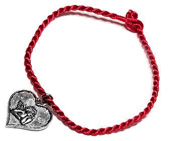 Smyckeshjärta och röd tråd. Längd cirka 16-17 cm.
