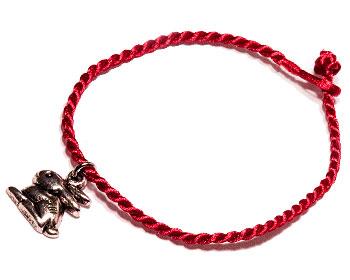 Kaninarmband med röd tråd. Längd cirka 16-17 cm.