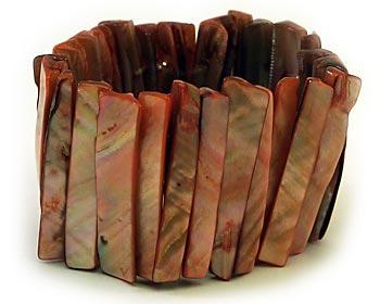 Armband i pärlemor. Armbandet är gjort med stretchtråd.
