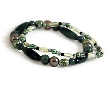 Två gröna armband. Stretchtråd.