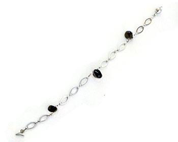 Armband gjort i silverfärgad metall.