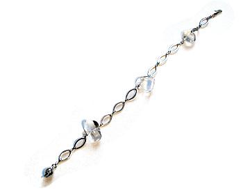 Armband i silverfärgad metallkedja och halvädelsten.