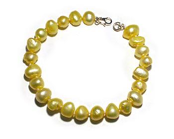 Pärlarmband gjort i gula odlade sötvattenpärlor. Silverlås.
