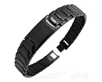 Svart armband gjort i kirurgiskt stål.