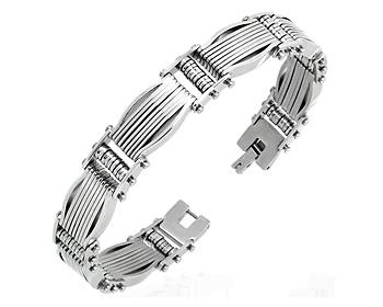 Armband i kirurgiskt stål. Bredd cirka 12 mm.