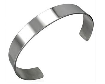 Stålarmband. Stålarmbandet är gjort i kirurgiskt stål. Bredd cirka 8 mm.