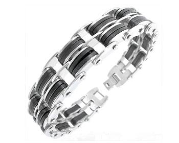 Stålarmband gjort i kirurgiskt stål. Längd cirka 21,5 cm och bredd cirka 13 mm.