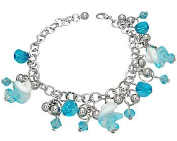 Armband med berlocker i blåa nyanser.