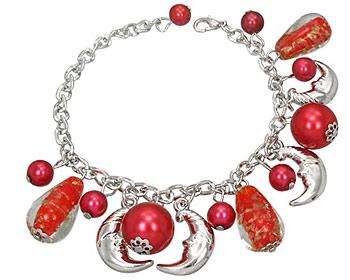 Armband med röda berlocker.