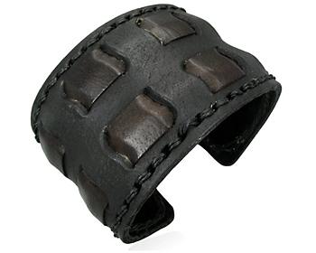 Armband i läder. bredd ca 5 cm.