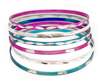 Armband i metall. 6 stycken armband med omkrets cirka 21 cm.
