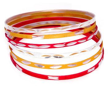 Armband bestående av 6 stycken smala armband med omkrets cirka 21 cm.