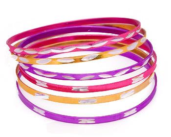 6 stycken armband med omkrets cirka 21 cm.