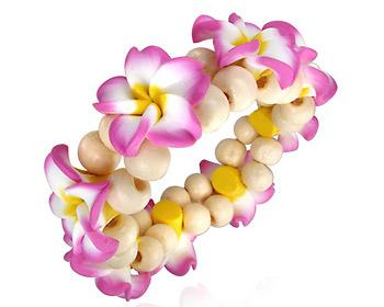 Blomsterarmband med rosa blommor.