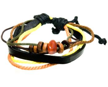 Billigt armband i läder och med utsmyckningar.