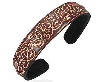 Armband till tjej. Armbandet är i läder. Bredd cirka 14 mm.