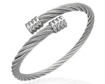 Stålarmband. Vajertjocklek cirka 5 mm, längd cirka 18-19 cm.