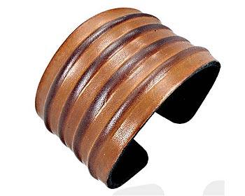 Brett armband i läder. Bredd cirka 4,5 cm.