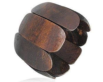 Armband i trä. Bredd cirka 6 cm. Omkrets cirka 22 cm.