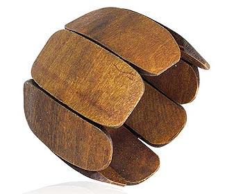 Brett träarmband. Bredd cirka 6 cm. Omkrets cirka 22 cm.