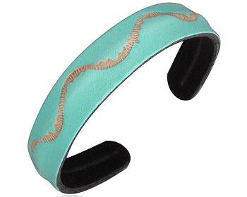 Armband i läder. Bredd cirka 14 mm.