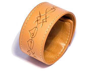 Brunt armband. Mått cirka 3,5 x 44,5 cm. Obs ej läder.