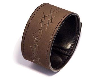 Mörkbrunt armband.Mått cirka 3,5 x 44,5 cm. Obs ej läder.