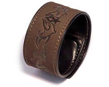 Mörkbrunt armband. Mått cirka 3,5 x 44,5 cm. Obs ej läder.