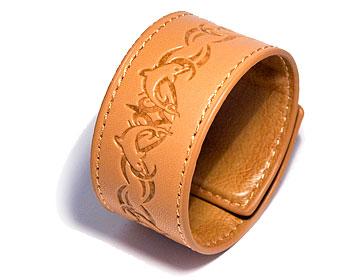 Billigt armband på nätet. Mått cirka 3,5 x 44,5 cm. Obs ej läder.