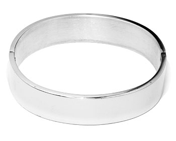 Armband i stål online. Bredd cirka 15 mm, omkrets cirka 18 cm.