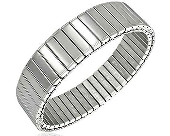 Töjbart armband i stål. Bredd cirka 16 mm, längd cirka 17 cm.
