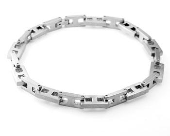 Kedjelänk armband i stål. Längd cirka 22.5 cm, tjocklek cirka 6.5 mm.