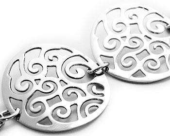 Vackert mönstrat armband i stål. Bredd cirka 3 cm. Varierbar längd cirka 14- 20 cm.