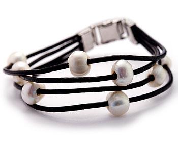 Armband i läder med pärlor. Längd cirka 21 cm.