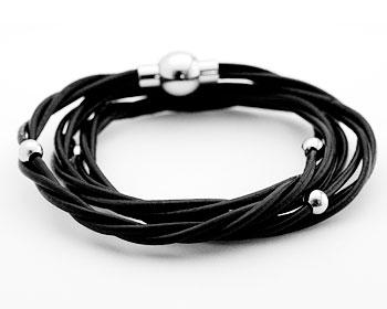 Läderamband med magnetlås och stålkulor. Armbandet är cirka 55 cm långt och lindas flera varv runt handleden.