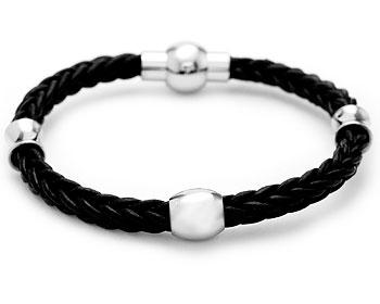 Flätat läderarmband med ståldetaljer. Armbandet har magnetlås samt längden cirka 20 cm.
