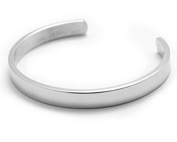 Stelt armband i kirurgiskt stål. Bredd cirka 7 mm.