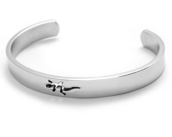 Stelt armband i stål online. Bredd cirka 9 mm.