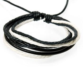 Läderarmband med svart och vita trådar.