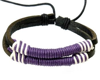 Läderarmband med lila och vita trådar.