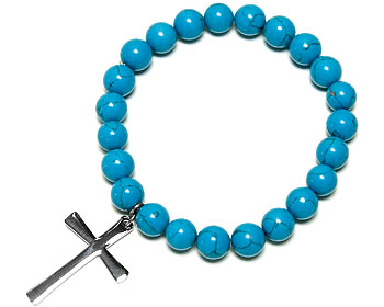 Elastiskt armband med turkosfärgade kulor. På armbandet hänger ett kors i kirurgiskt stål