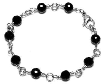 Armband med svarta facetterade stenar. Armbandet är gjort i kirurgiskt stål.