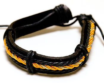 Läderarmband med orange tråd. Armbandet har varierbar längd.