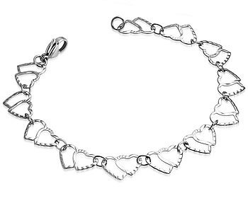 Armband i stål med hjärtan. Längd cirka 19,5 cm.