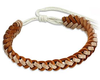 Flätat läderarmband med varierbar längd.