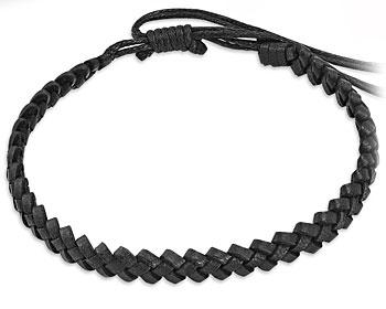 Flätat armband i svart läder. Varierbar längd.