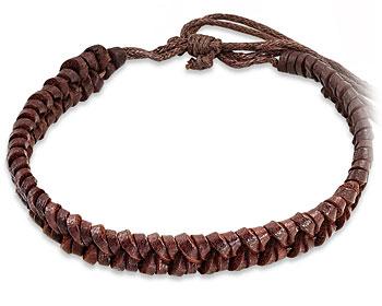 Flätat armband i brunt läder. Varierbar längd.