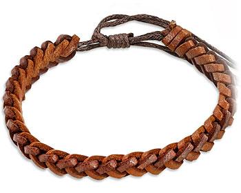 Flätat armband i läder. Varierbar längd.